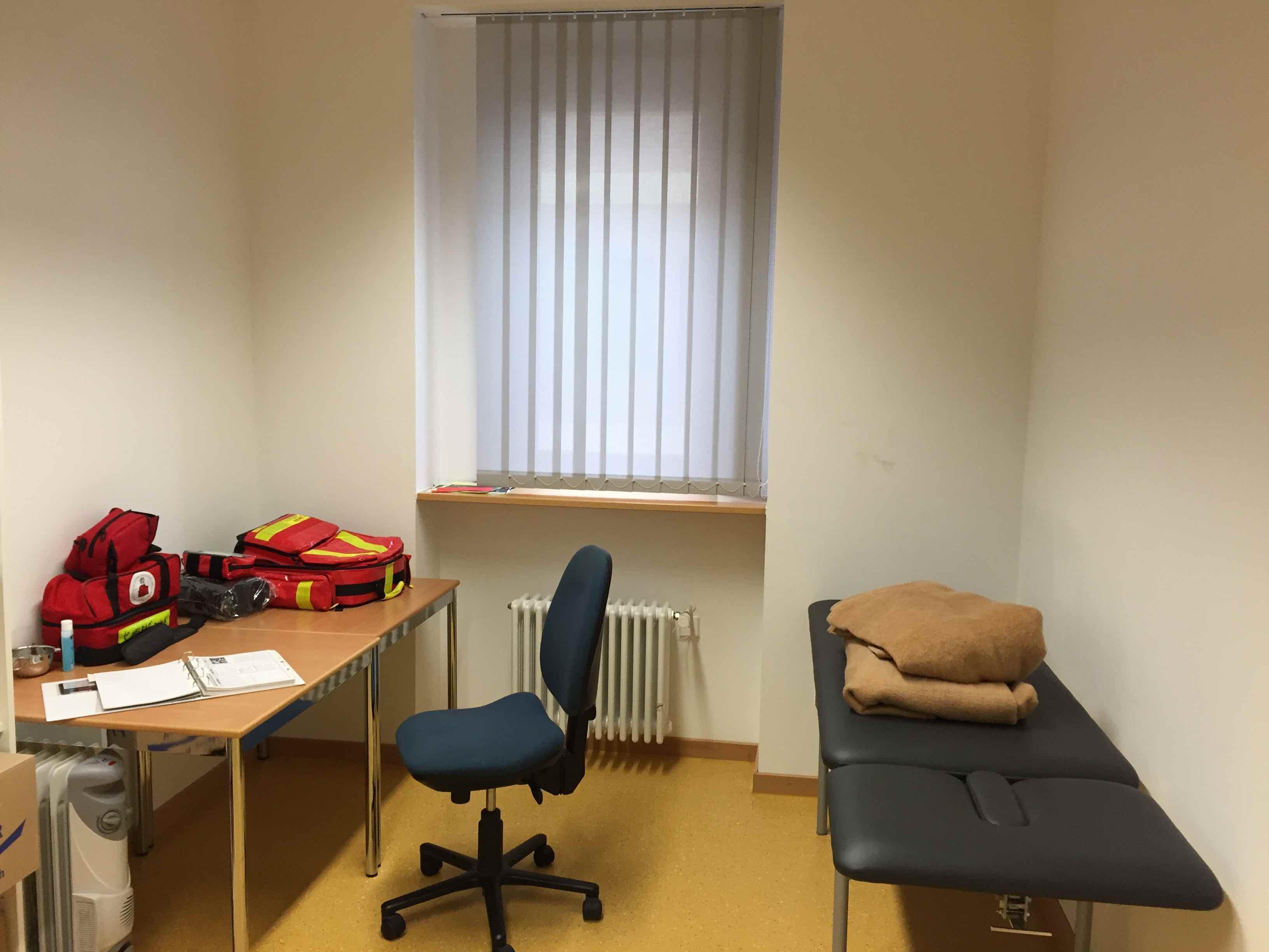 Unser Sanitätsraum (rechter Gang zum Lehrerzimmer, erste Tür rechts)