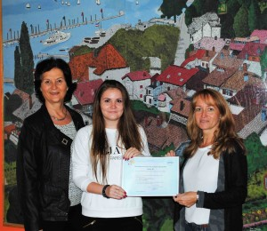 Karolin Klingmann zusammen mit OStR´ Christine Kley-Guermeur und der Schulleiterin des HSG, Frau StD´ Anja Katzner.