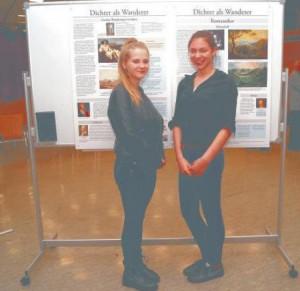 """Leah Braunsberger und Rebecca Creß zeichneten als """"Kultur- Starter-Schülermentorinnen"""" für die Mitorganisation der """"Dichter als Wanderer-""""Ausstellung am HSG verantwortlich. Fotos: bnc"""