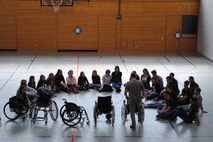 Die Schülerinnen und Schüler bei der Einweisung in der Sporthalle.