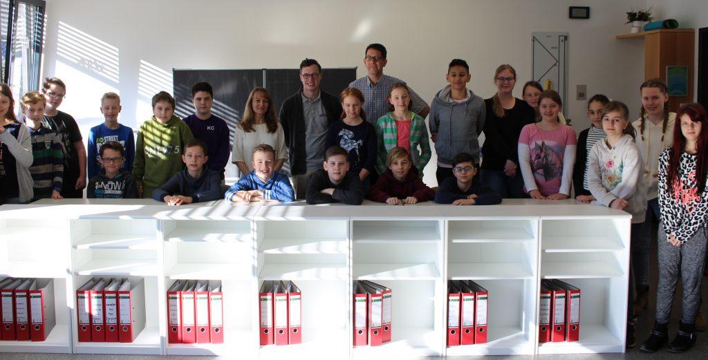 Klasse 6a mit Schulleiterin Anja Katzner, Juniorchef Tim Söhner und Klassenlehrer Michael Wohlers (v.l.)